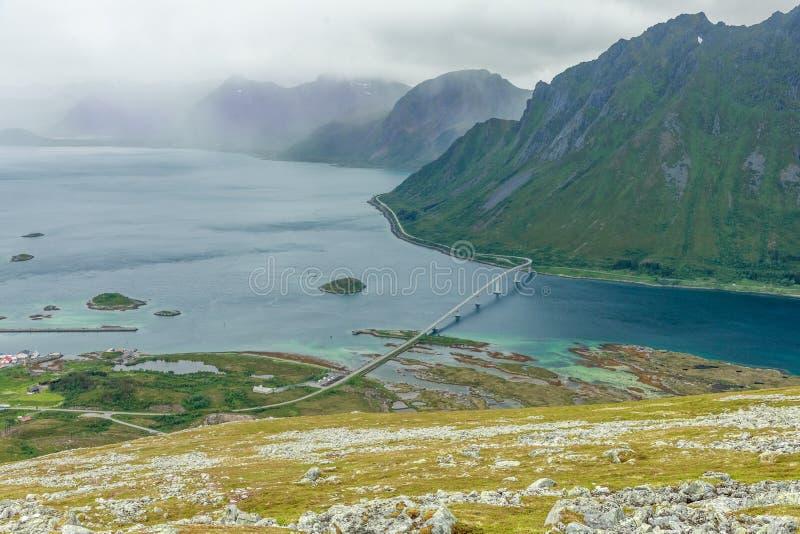 从Kleppstadheia山的顶端在两个海岛之间的看法对海湾用绿松石水和Rystad和桥梁高速公路, 库存图片