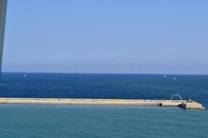 从La Playa de la巴塞洛内塔-巴塞罗那西班牙的地中海视图 库存照片
