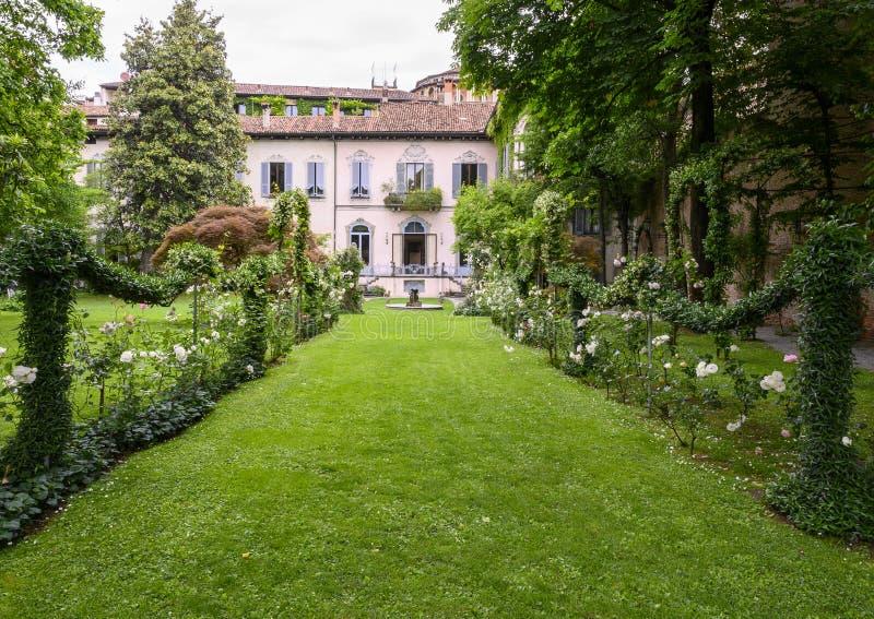 从Leonardo葡萄园观看的Atellani议院和庭院在Museo Vigna di Leonardo,米兰,意大利的 免版税图库摄影