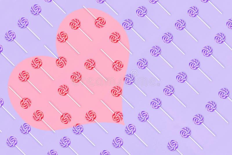 从lollypop糖果做的心脏在蓝色背景情人节贺卡 免版税图库摄影