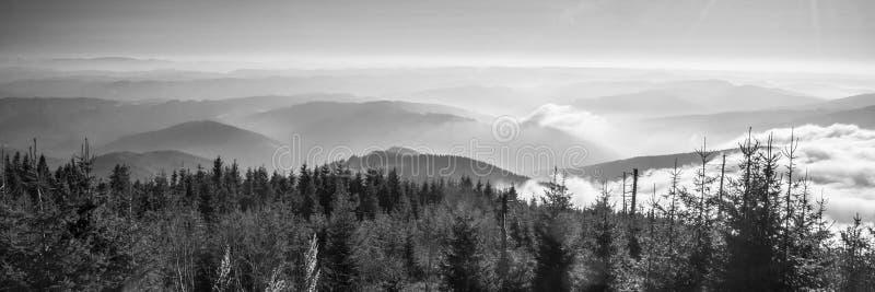 从Lysa hora小山的看法在秋天Moravskoslezske Beskydy山 免版税库存图片