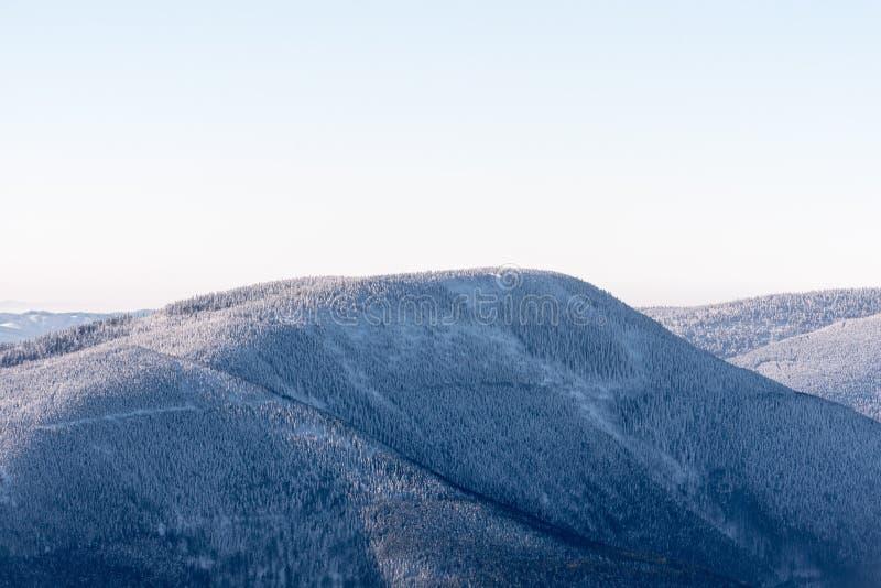 从Lysa hora小山的Knehyne小山在冬天在捷克共和国的Moravskoslezske Beskydy山 免版税库存图片