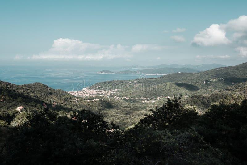 从Marciana的马尔恰纳马里纳,在厄尔巴岛海岛上  库存照片