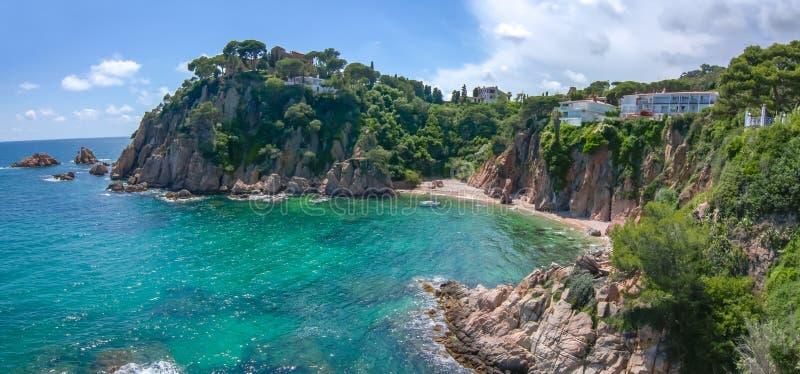 从Marimurtra植物园看的布拉瓦海岸海岸线在布拉内斯,西班牙 免版税库存照片