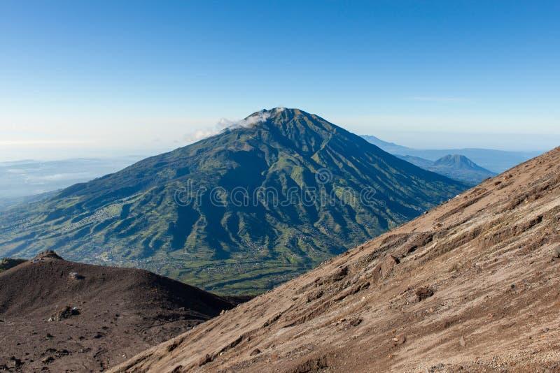 从Merapi山坡的绿色Merbabu山 免版税图库摄影