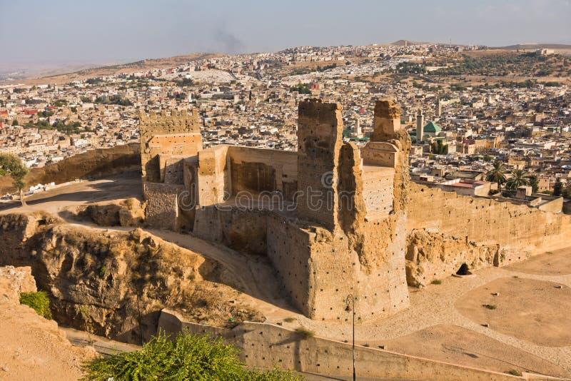 从Merenides坟茔的看法到老城市墙壁、Bab Guissa门和菲斯都市风景,摩洛哥 图库摄影