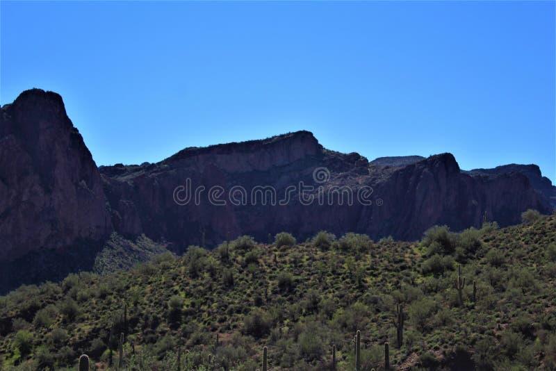 从Mesa,亚利桑那的风景风景视图向喷泉山,马里科帕县,亚利桑那,美国 免版税库存照片