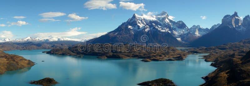 从Mirador Pehoe的看法往山在托里斯del潘恩,巴塔哥尼亚,智利 库存图片