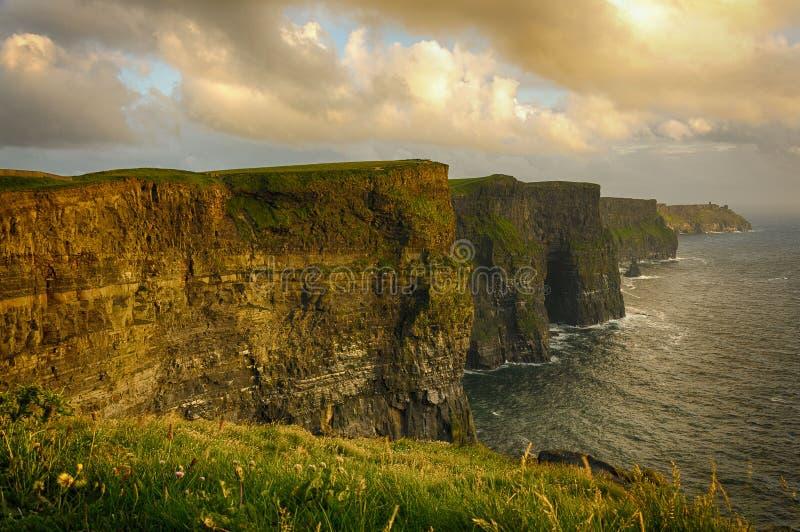 从moher峭壁的壮观的爱尔兰风景农村自然风景在县克莱尔,爱尔兰 免版税库存图片