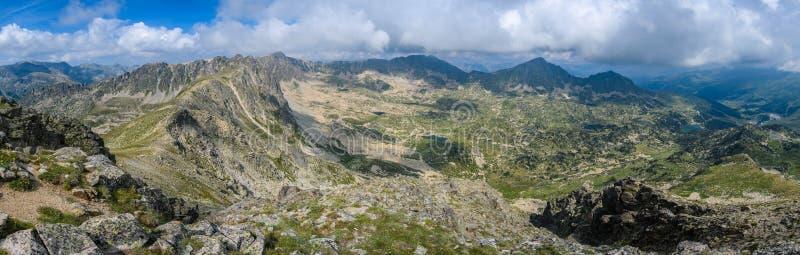 从Montmalus峰顶的全景在安道尔 免版税库存图片