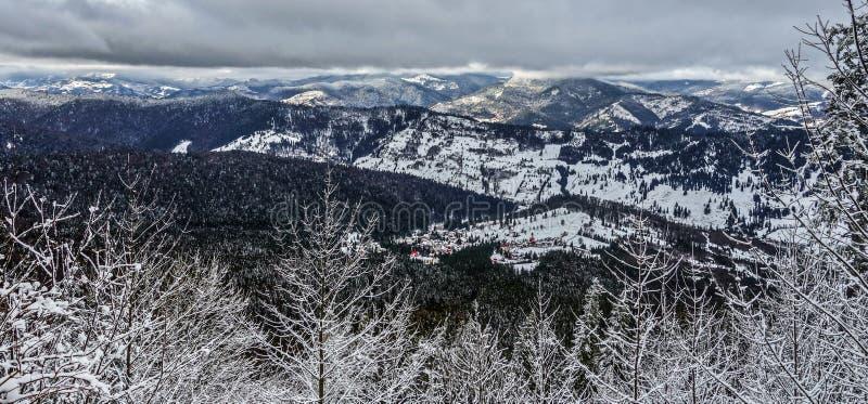 从mounains的美好的冬天 库存图片