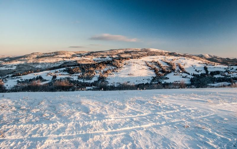 从Ochodzita小山的看法在冬天西莱亚西Beskids山在波兰早晨冬天 免版税库存照片