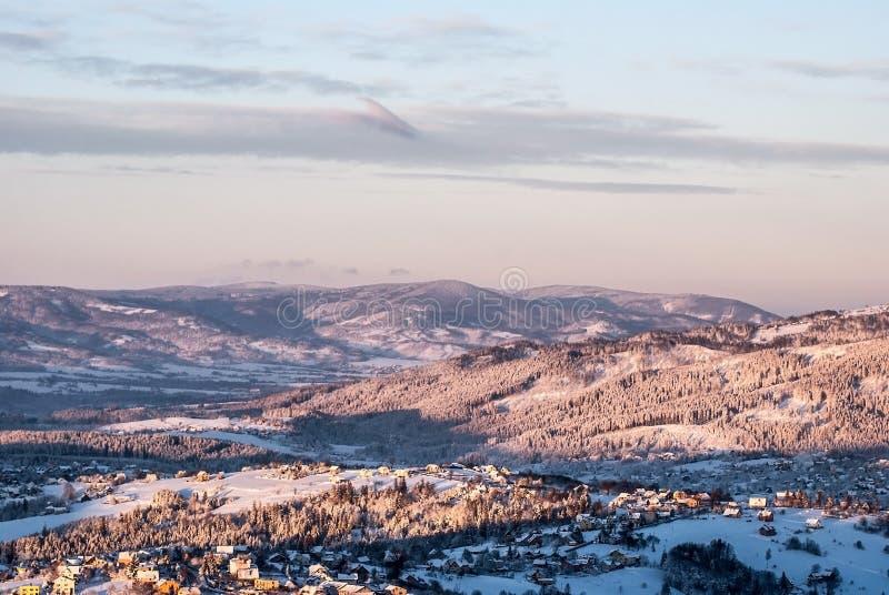 从Ochodzita小山的看法在冬天Beskid Slaski山的Koniakow村庄上在波兰 免版税库存图片