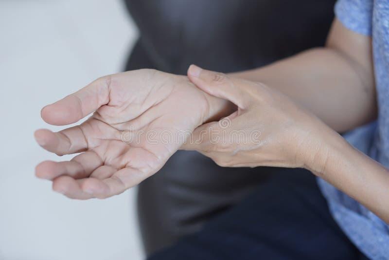 从pai的关节炎老人和年长妇女女性痛苦 免版税库存图片