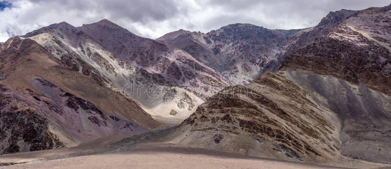 从Pangong湖路的山景在夏天莱赫拉达克,查谟-克什米尔邦,印度 免版税库存照片