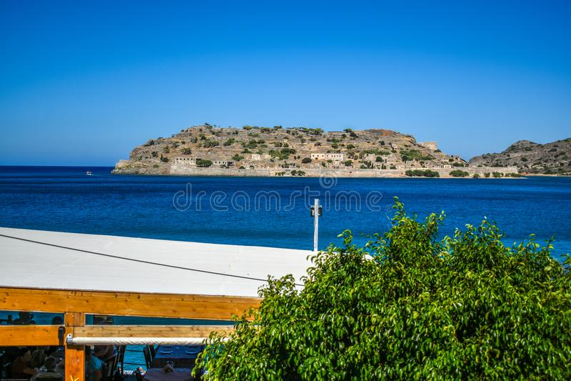 从plaka克利特希腊的Spinalogka视图 免版税库存照片
