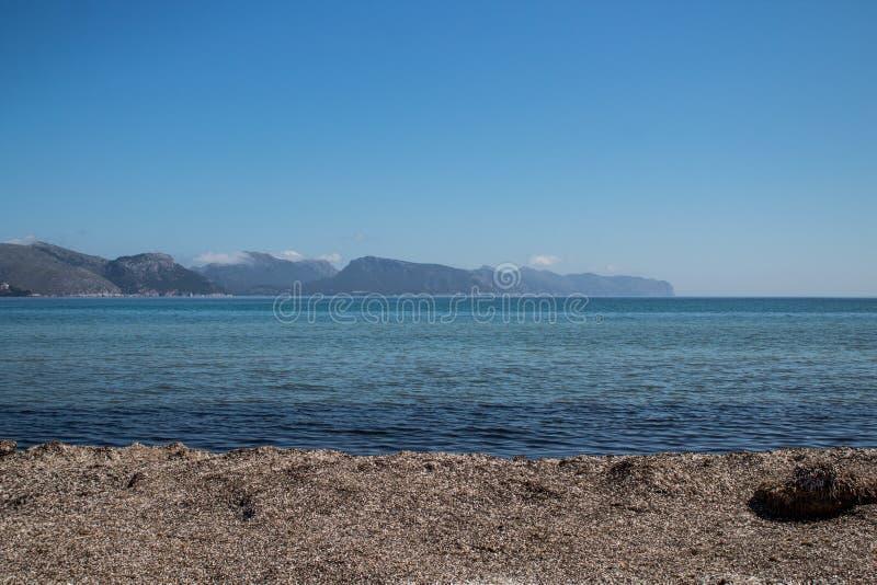 从port de pollenA§aa马略卡的看法 海滩mallorca 免版税库存图片