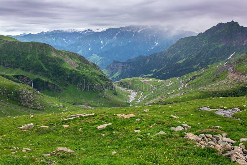 从Rohtang通行证的看法在美丽的绿色山谷 免版税图库摄影