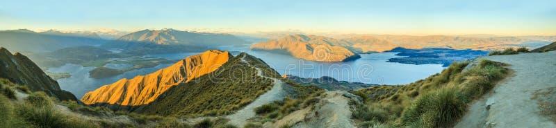 从Roys峰顶的惊人,惊人的全景风景视图在有金黄阳光光的瓦纳卡湖在微明,南岛 免版税库存图片