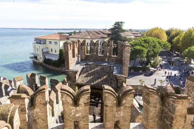从Scaliger城堡的顶端城堡墙壁的看法在加尔达湖里面的 Sirmione,意大利 自然和历史 图库摄影