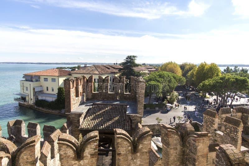 从Scaliger城堡的顶端城堡墙壁的看法在加尔达湖里面的 Sirmione,意大利 自然和历史 免版税图库摄影