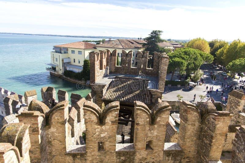 从Scaliger城堡的顶端城堡墙壁的看法在加尔达湖里面的 Sirmione,意大利 自然和历史 免版税库存照片