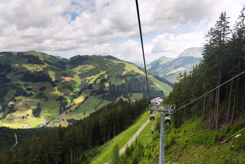 从Schattberg缆车,阿尔卑斯,滨湖采尔区,萨尔茨堡联邦政府,奥地利的萨尔巴赫Hinterglemm谷鸟瞰图 库存照片