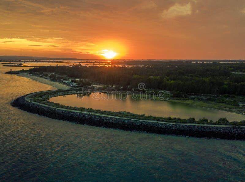 从serangan海岛,亦称乌龟海岛的空中日落视图 免版税库存图片