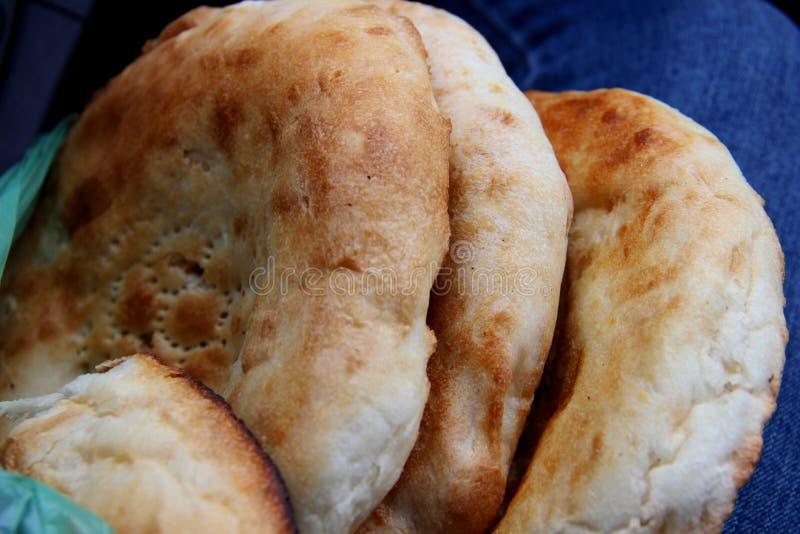 从tandyr的三个白面包小圆面包 Tandoor皮塔饼亚洲烹调 免版税库存图片