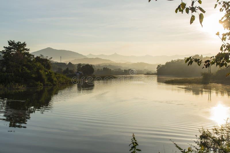 从Thaheu vilage, Vangvieng鱼市的日出 库存图片