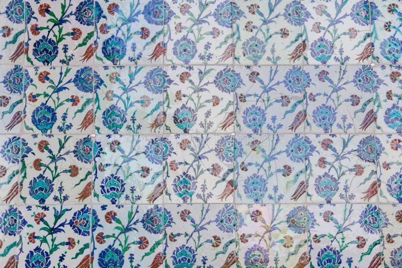 从Topkapi宫殿的手工制造老蓝色土耳其瓦片 库存照片