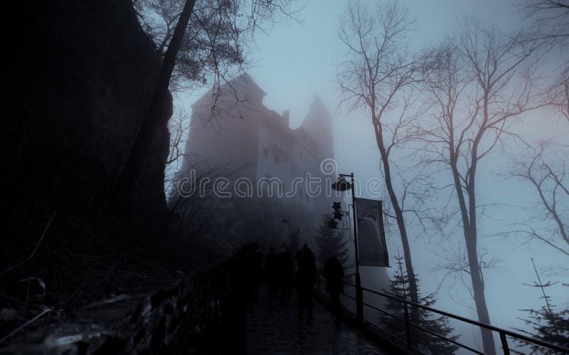 从Transilvania的德雷库拉的城堡在雾盖了 库存照片