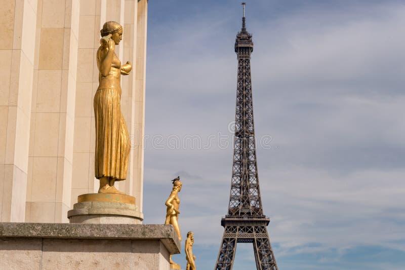 从Trocadero的艾菲尔铁塔与在foregroun的金黄雕象 免版税库存照片