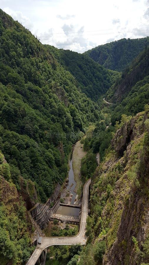 从Vidraru水坝的顶视图在Arges河在特兰西瓦尼亚,罗马尼亚 免版税库存图片