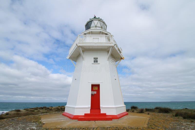从Waipapa点灯塔多云skya点灯塔的特写镜头有多云天空的 免版税图库摄影