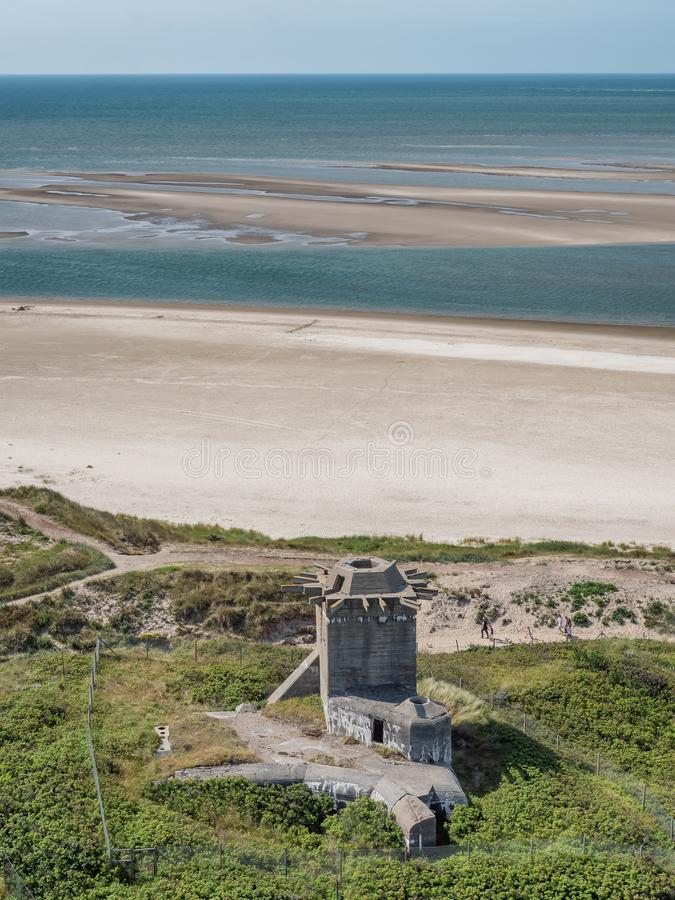 从WW2的地堡在北海海岸的Blaavand海滩在夏天,丹麦 免版税库存照片