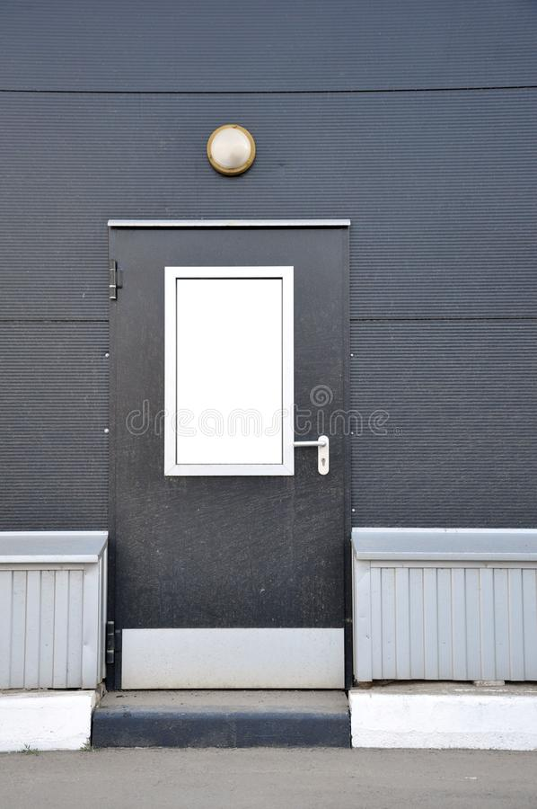 仓库后勤学复合体 有灯笼的金属大门 库存图片