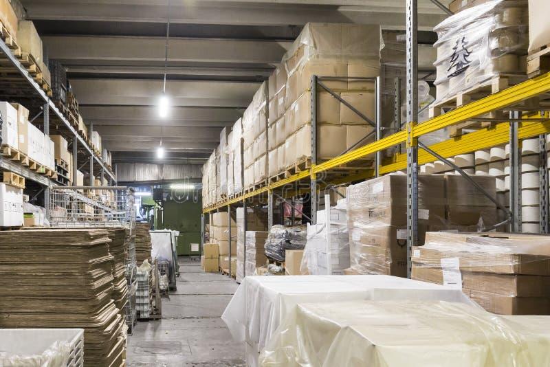 仓库物品和棚架与产品 图库摄影
