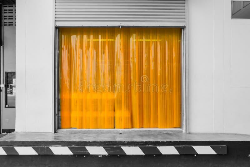 仓库门与PVC小条帷幕的装载区 免版税库存图片