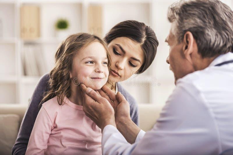 仔细的医生Examining Small Child 图库摄影