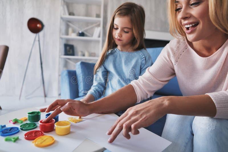他们共同的爱好 与的手指的母亲和女儿绘画 库存图片