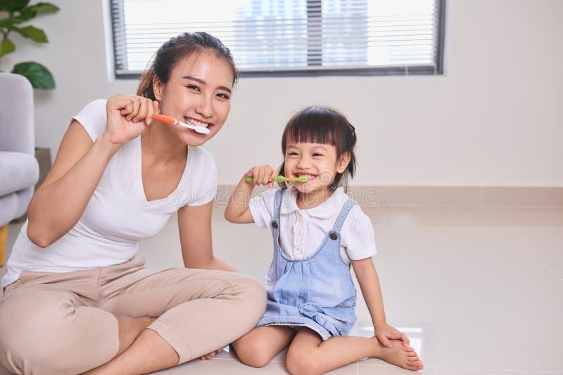 他们掠过的女儿母亲的牙 库存图片