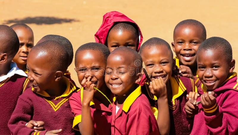 他们的午休时间的非洲小学孩子 免版税图库摄影