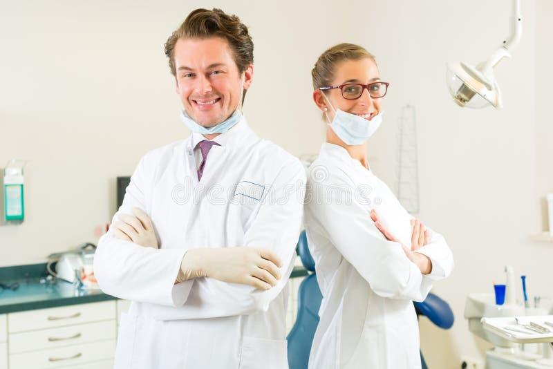 他们的手术的牙科医生 免版税库存图片