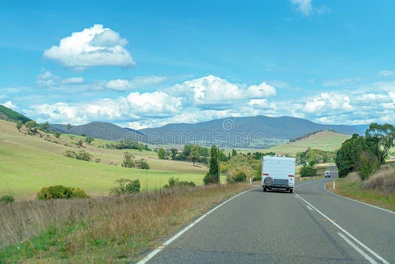 他们的有蓬卡车的退休人员在高速公路 库存图片
