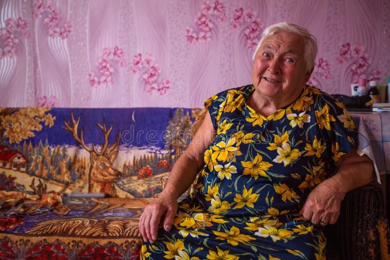 他们的Vepsian地方妇女农村家 免版税库存照片