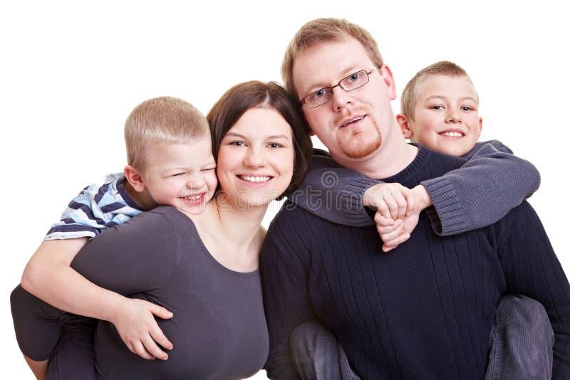 他们运载的愉快的父项的儿子 免版税库存照片