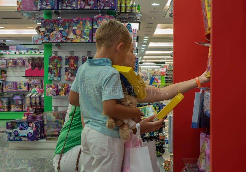 他在这家商店想要所有玩具 免版税库存照片