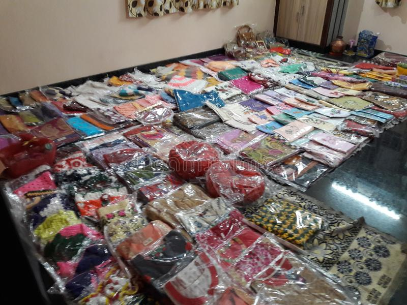 他婚姻的goan仪式的女孩完成的布料收藏 免版税库存照片