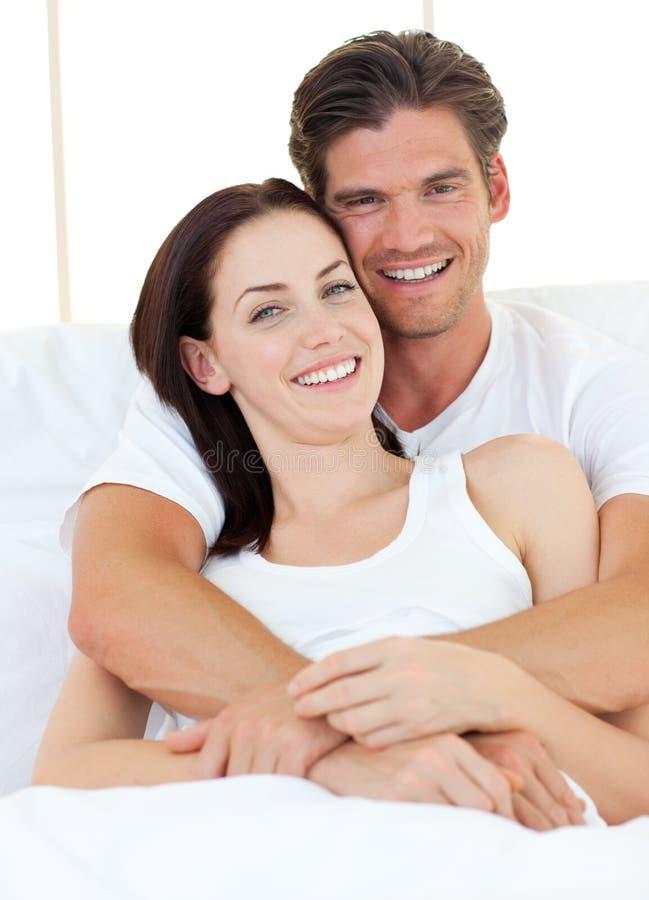 他拥抱的快活的人妻子 库存图片